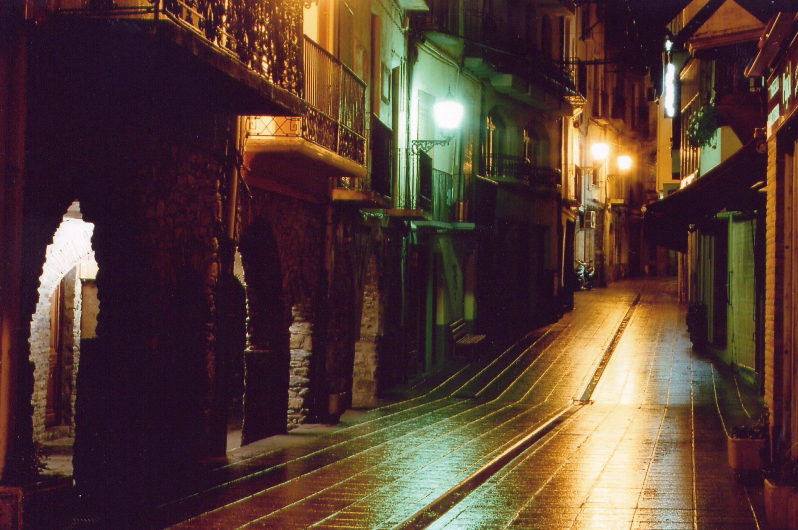 Vista nocturna del carrer major de Sort