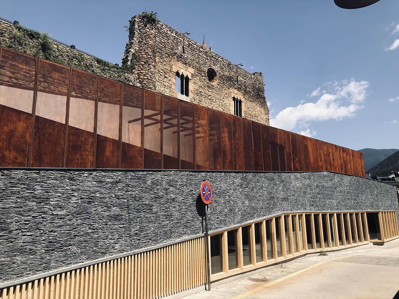façana de la nova biblioteca de Sort mirant a nord