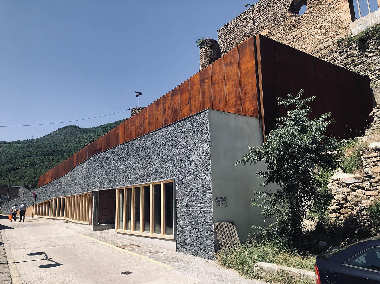 façana de la nova biblioteca de Sort i entrada a l'equipament